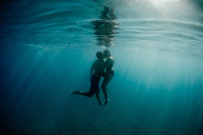 Oahu Couples Photography, underwater shot of couple kissing