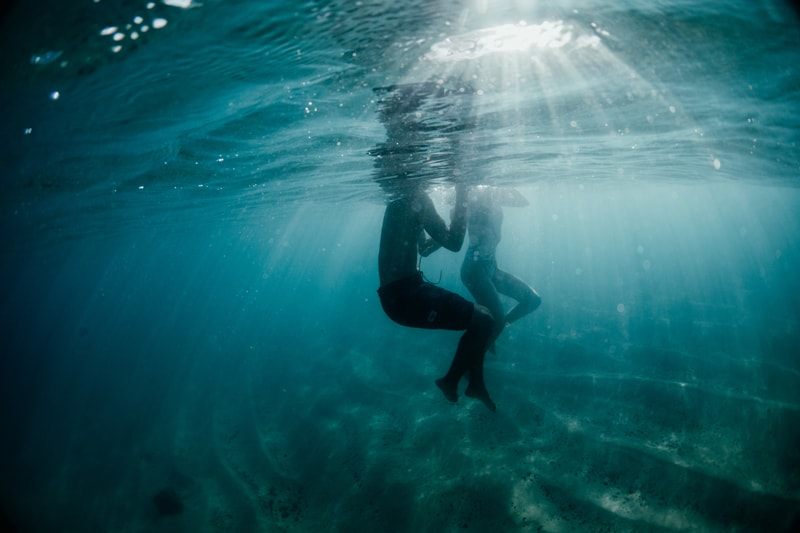 Oahu Couples Photography, underwater shot of couple swimming