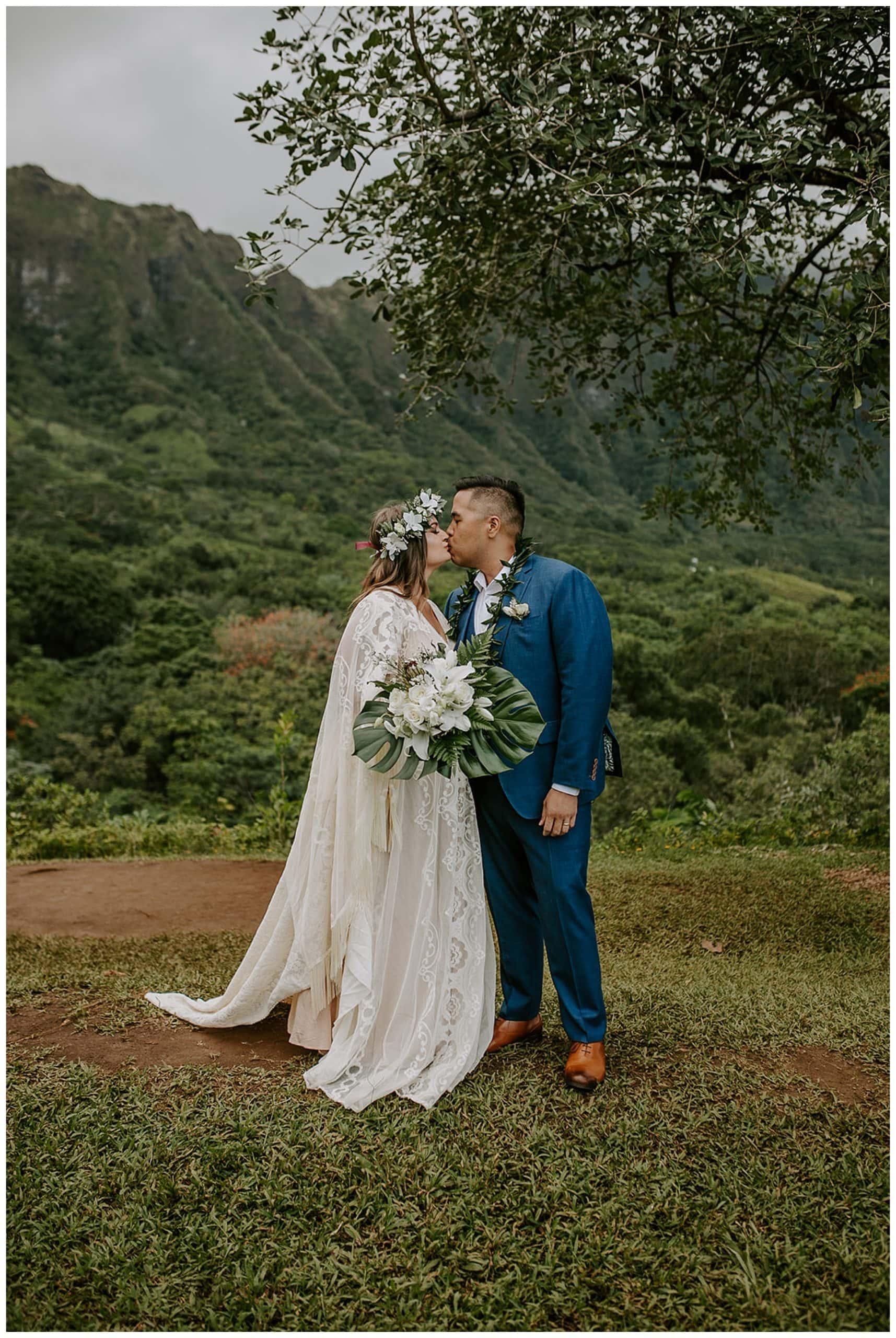 bride and groom kissing at Ho'omaluhia Botanical Garden