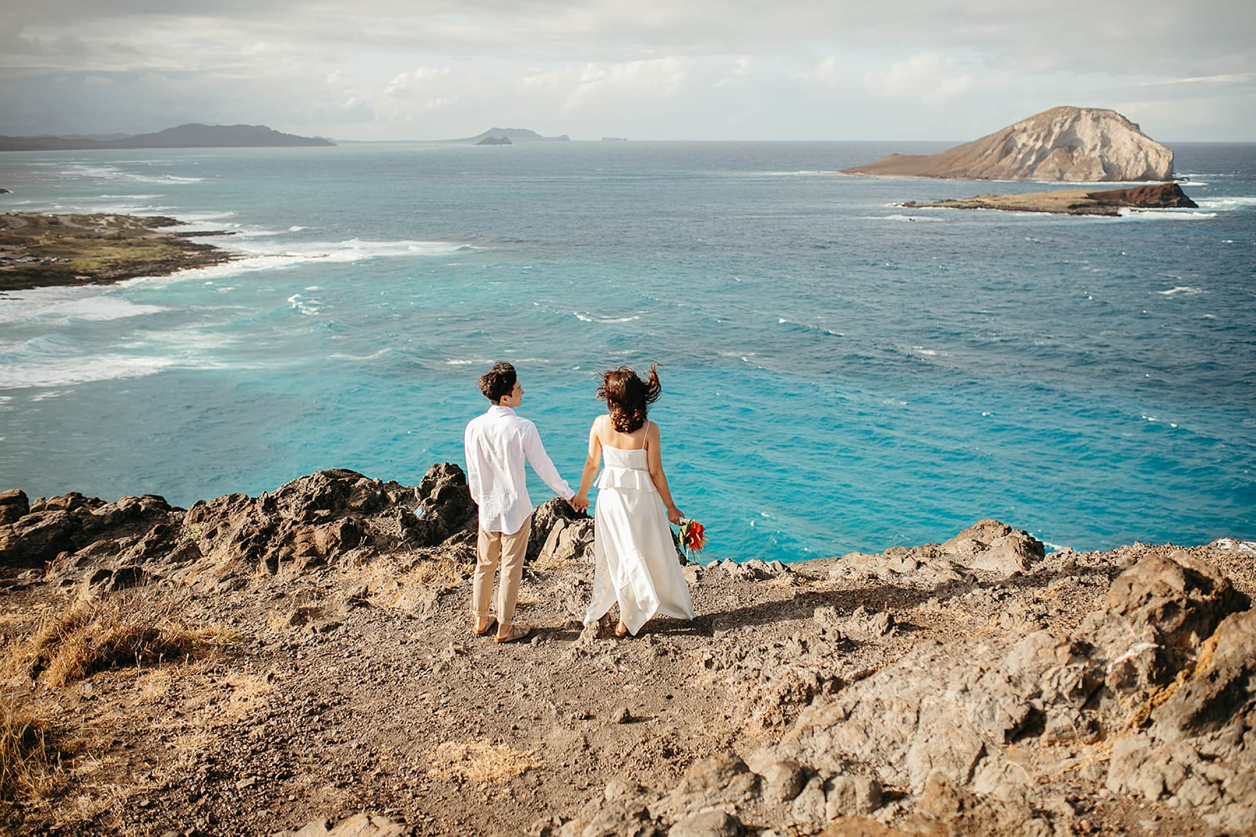 couple on a cliff in Oahu